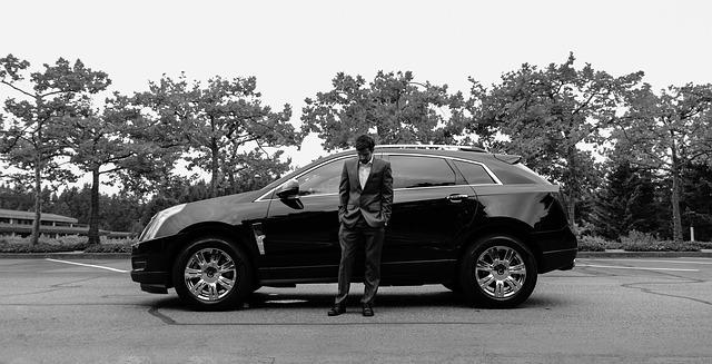 muž před autem