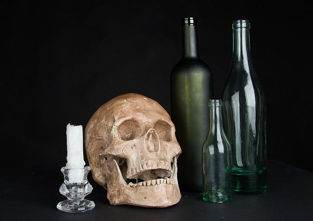 svíčka, lebka a láhve.jpg