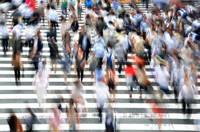 spěchající dav