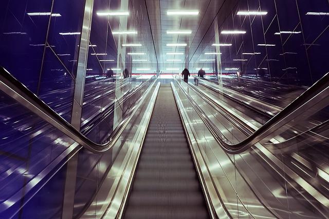 skleněné zábradlí u eskalátorů