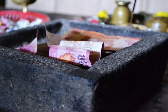 peníze v nádobě