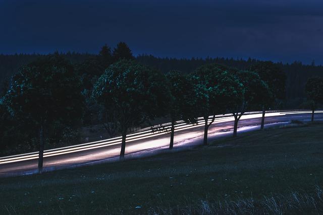 přední světla vozu při noční jízdě
